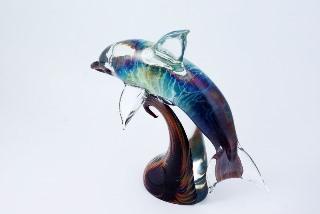 TP09 Скульптура на подставке Дельфин 30см с кальцедоном муранское стекло