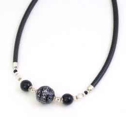 Vac/С9660 Колье с 1 чёрно-серебристой бусиной на черной коже 40+5 см муранское стекло