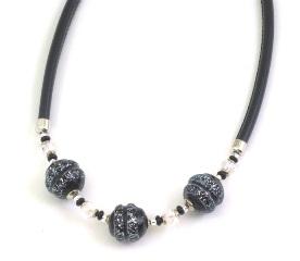 Vac/С9662 Колье с 3 чёрно-серебристыми бусинами на черной коже 40+5 см муранское стекло